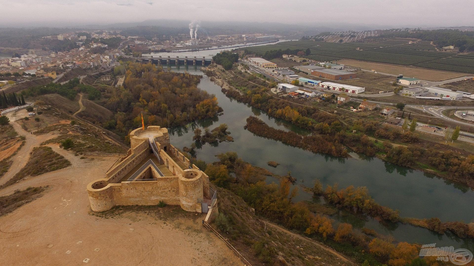 Előtérben egy katalán erődítmény, háttérben a kisváros Flix