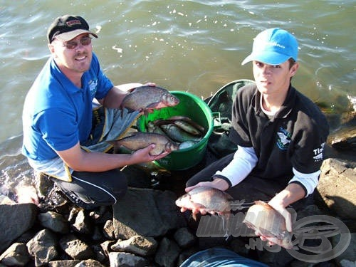 A mérlegelés után azonnal vissza kellett engedni a halakat, fotózni is csak gyorsan lehetett