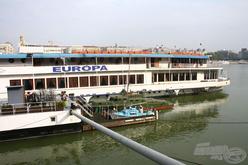 A Carina eltörpül az Európa hajó mellett, hiszen hossza mindössze 6 méter