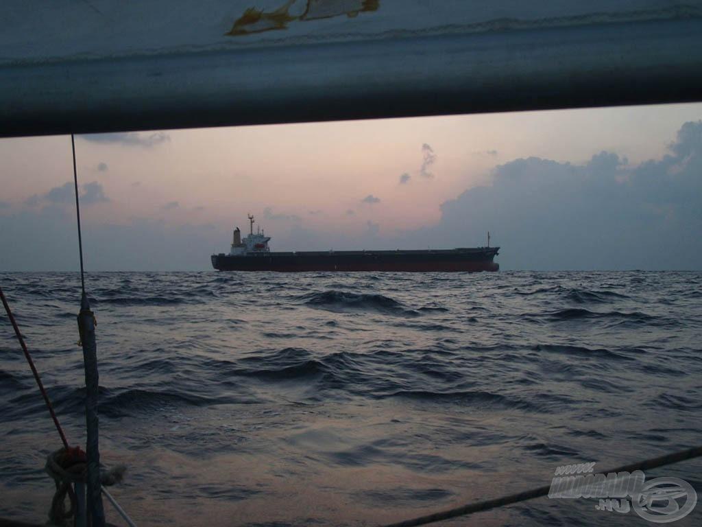Amikor közel került az óceánon egy nagy hajó…