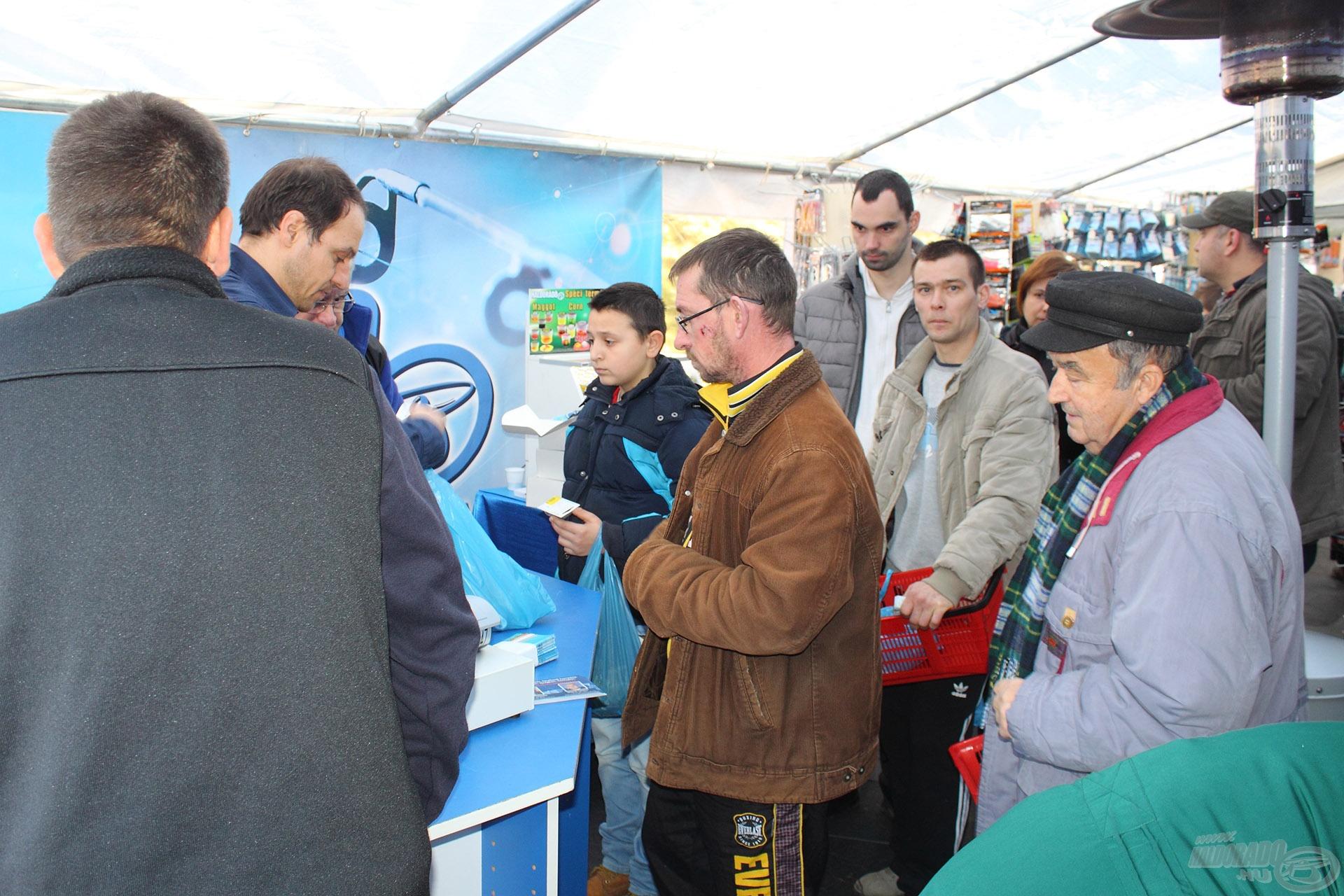 Népszerű a külső nagy bemutató sátor is az ide látogatók körében