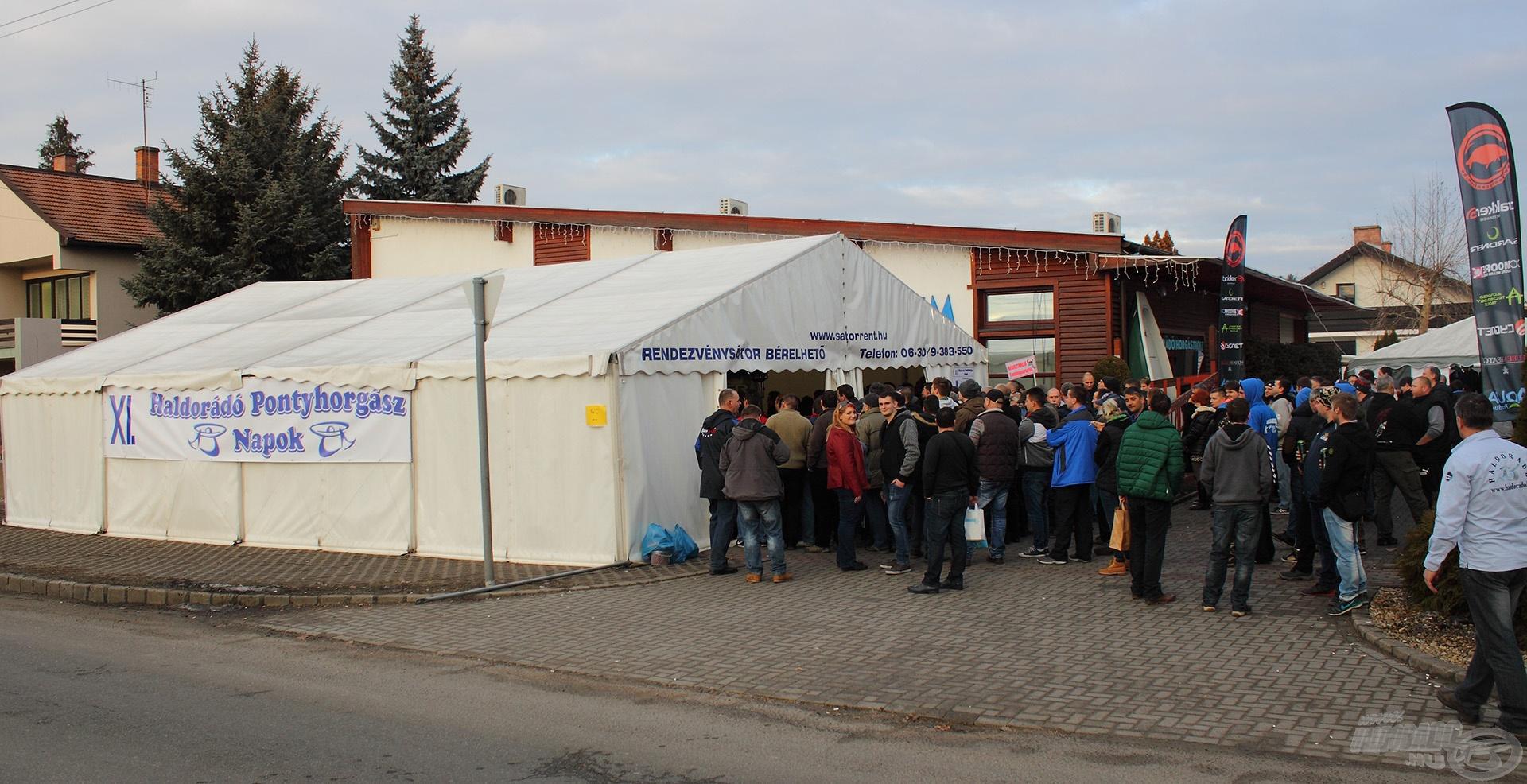 Rendkívül sokan várták a rendezvénysátoron kívül is, hogy meghallják a nevüket